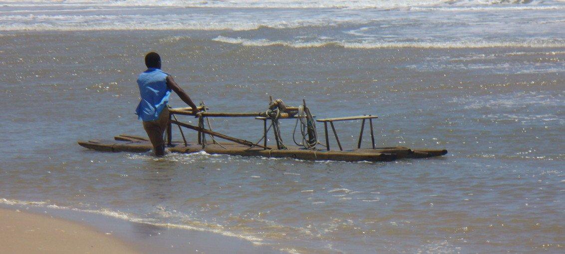 Pesca em jangada local. Praia do Forte - Bahia