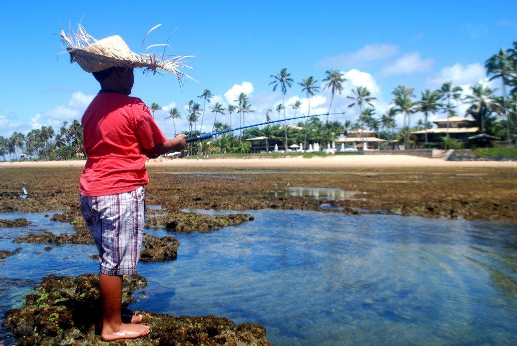Local pescando Praia do Forte