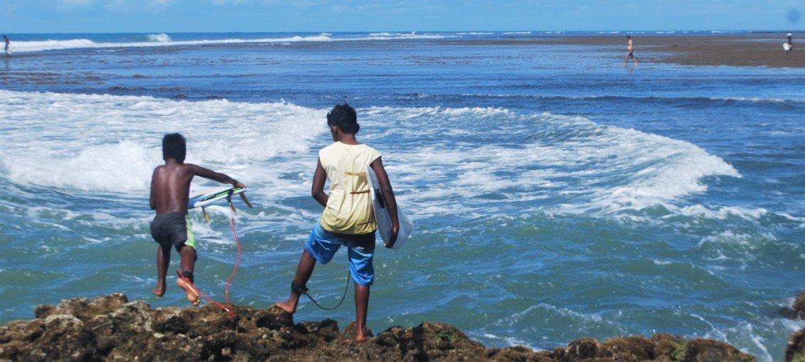 Locais se aventurando no surf